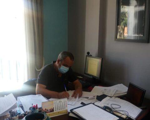 Benjamín Ortega, firmando su dimisión. E. C.