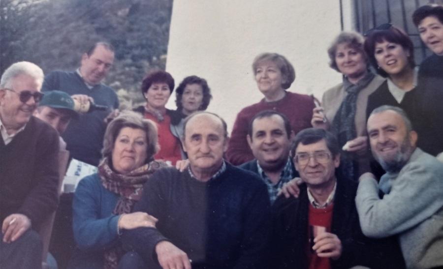 Antonio, con gafas y chaleco rojo, rodeado de familiares y amigos. R. V.