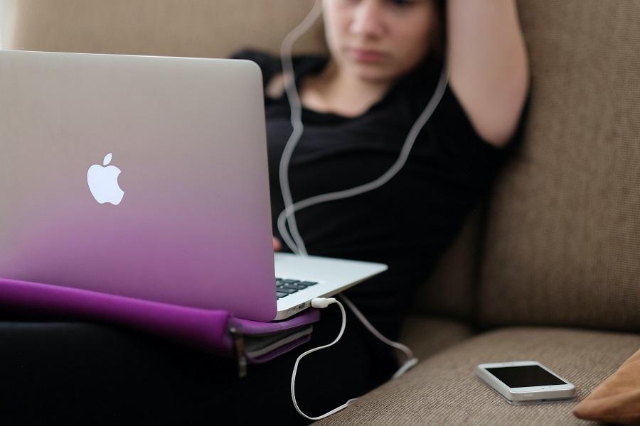 Una joven consulta su ordenador personal. Steinar Engeland