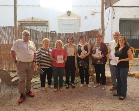 Integrantes del Club de Lectura, junto al autor. E. C.