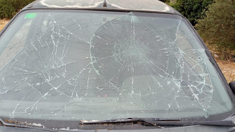 Vehículo que ha sido destrozado hace unos días en Albuñuelas. E. C.